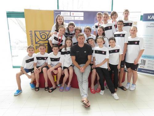 Olympijský víťaz Cameron van der Burg v zajatí plavcov UMB
